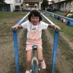 一輪車に挑戦する6歳女児